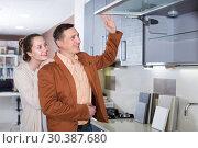Купить «Friendly family selecting kitchen furniture», фото № 30387680, снято 4 апреля 2017 г. (c) Яков Филимонов / Фотобанк Лори