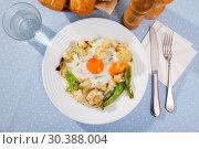 Купить «Appetizing cauliflower fried eggs for breakfast», фото № 30388004, снято 7 июля 2020 г. (c) Яков Филимонов / Фотобанк Лори