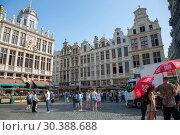 Купить «Туристы из разных стран на площади Гран-Плас в Брюсселе, Бельгия», фото № 30388688, снято 4 июля 2018 г. (c) V.Ivantsov / Фотобанк Лори