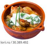 Купить «Cabbage rolls in leaves of cabbage in clay pot with sour cream», фото № 30389492, снято 26 марта 2019 г. (c) Яков Филимонов / Фотобанк Лори