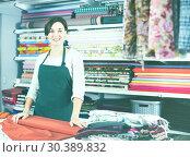 Купить «Seller measuring cloth», фото № 30389832, снято 4 января 2017 г. (c) Яков Филимонов / Фотобанк Лори
