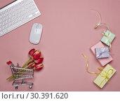 Купить «Shopping trolley and computer. Internet shop», фото № 30391620, снято 13 марта 2019 г. (c) Мельников Дмитрий / Фотобанк Лори