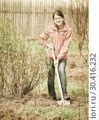Купить «woman working with shovel», фото № 30416232, снято 2 мая 2010 г. (c) Яков Филимонов / Фотобанк Лори