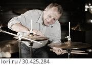 Купить «Adult male musician is playing on modern drum kit», фото № 30425284, снято 18 сентября 2017 г. (c) Яков Филимонов / Фотобанк Лори