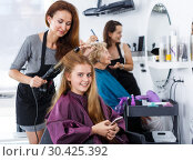 Girl talking on phone in hair salon. Стоковое фото, фотограф Яков Филимонов / Фотобанк Лори