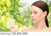 young woman with pills. Стоковое фото, фотограф Syda Productions / Фотобанк Лори