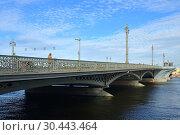 Купить «Annunciation Bridge (Blagoveshchensky most; from 1855 to 1918 Nikolaevsky Bridge, from 1918 to 2007 called Lieutenant Schmidt Bridge), first permanent bridge built across Neva River», фото № 30443464, снято 14 сентября 2018 г. (c) Валерия Попова / Фотобанк Лори