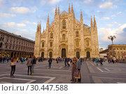 Туристы у собора Duomo di Милано сентябрьским вечером. Милан, Италия (2017 год). Редакционное фото, фотограф Виктор Карасев / Фотобанк Лори