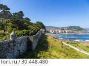 Байона, Испания. Вид стен крепости Монтерреал на берегу моря и города (2017 год). Редакционное фото, фотограф Rokhin Valery / Фотобанк Лори