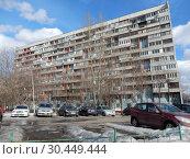 Купить «Двенадцатиэтажный четырёхподъездный панельный жилой дом серии П-47. Построен в 1978 году. Улица Лескова, 21. Район Бибирево. Город Москва», эксклюзивное фото № 30449444, снято 12 марта 2019 г. (c) lana1501 / Фотобанк Лори