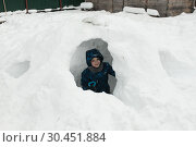 Мальчик шести лет играет на улице зимой (2019 год). Редакционное фото, фотограф Дмитрий Неумоин / Фотобанк Лори