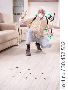 Купить «Pest control contractor working in the flat», фото № 30452532, снято 12 ноября 2018 г. (c) Elnur / Фотобанк Лори