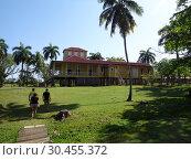 Террирория  музея в поместье  семьи Кастро, Биран, Куба (2018 год). Редакционное фото, фотограф Татьяна Пухова / Фотобанк Лори