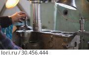 Overhaul of a car engine. Стоковое видео, видеограф Константин Мерцалов / Фотобанк Лори