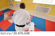Two men training their aikido skills. Training their fighting. Protecting from a leg hit. Стоковое видео, видеограф Константин Шишкин / Фотобанк Лори