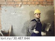 Купить «Workman ready is plastering the wall», фото № 30487844, снято 3 июня 2017 г. (c) Яков Филимонов / Фотобанк Лори