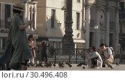 Купить «Little Asian girl hand feeding pigeons in Venice, Italy», видеоролик № 30496408, снято 22 апреля 2018 г. (c) Данил Руденко / Фотобанк Лори