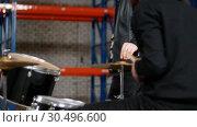Купить «A man with his friend setting the drum kit together for the repetition», видеоролик № 30496600, снято 6 июля 2020 г. (c) Константин Шишкин / Фотобанк Лори