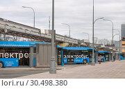 Купить «Москва. Автостанция на ВДНХ. Несколько электробусов одновременно подзаряжаются на зарядных станциях», фото № 30498380, снято 5 апреля 2019 г. (c) Наталья Николаева / Фотобанк Лори