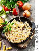 Купить «Макароны по-флотски в сковороде на столе. Вид сверху», фото № 30498624, снято 4 апреля 2019 г. (c) Надежда Мишкова / Фотобанк Лори