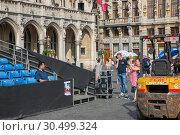 Купить «Туристы из разных стран на площади Гран-Плас в Брюсселе, Бельгия», фото № 30499324, снято 4 июля 2018 г. (c) V.Ivantsov / Фотобанк Лори