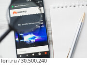 Los Angeles, California, USA - 3 April 2019: Huawei Technologies Company official website homepage under magnifying glass. Concept Huawei logo visible on smartphone, tablet screen. Редакционное фото, фотограф Сергей Тимофеев / Фотобанк Лори