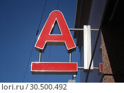"""Логотип банка """"Альфа банк"""" (2019 год). Редакционное фото, фотограф Андрей Чабан / Фотобанк Лори"""