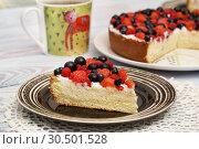Купить «Бисквитный пирог со свежими ягодами», эксклюзивное фото № 30501528, снято 18 июля 2018 г. (c) Dmitry29 / Фотобанк Лори