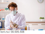 Купить «Male scientist extracting poison from snake for drug synthesis», фото № 30505508, снято 24 сентября 2018 г. (c) Elnur / Фотобанк Лори