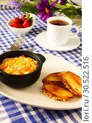 Купить «Завтрак. Омлет с помидорами, поджаренным хлебом и клубникой.», фото № 30522516, снято 11 июня 2015 г. (c) ирина реброва / Фотобанк Лори