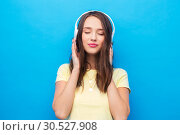Купить «happy young woman or teenage girl with headphones», фото № 30527908, снято 29 января 2019 г. (c) Syda Productions / Фотобанк Лори