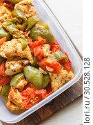Купить «Chicken stew and various vegetables-pepper, tomato, zucchini in plastic vessels for storage in the refrigerator or freeze.», фото № 30528128, снято 11 августа 2018 г. (c) Tetiana Chugunova / Фотобанк Лори