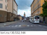 Туристические автобусы на улочке Рыцарского острова (Риддархольмен).  Швеция Стокгольм, (2012 год). Редакционное фото, фотограф Александр Щепин / Фотобанк Лори