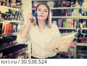 Купить «girl applying powder with brush for testing», фото № 30538524, снято 31 января 2018 г. (c) Яков Филимонов / Фотобанк Лори