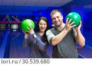 Happy couple in a bowling. Стоковое фото, фотограф Tryapitsyn Sergiy / Фотобанк Лори