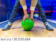 Beginner aiming to bowling pins. Стоковое фото, фотограф Tryapitsyn Sergiy / Фотобанк Лори