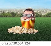 Man's in a bucket of popcorn. Стоковое фото, фотограф Tryapitsyn Sergiy / Фотобанк Лори