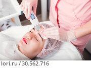 Купить «Procedure of ultrasound face cleaning.», фото № 30562716, снято 7 октября 2016 г. (c) Tryapitsyn Sergiy / Фотобанк Лори