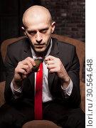 Купить «Killer in suit and tie ready to pull a grenade pin», фото № 30564648, снято 19 января 2017 г. (c) Tryapitsyn Sergiy / Фотобанк Лори