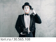 Pantomime actor performing with retro telephone. Стоковое фото, фотограф Tryapitsyn Sergiy / Фотобанк Лори
