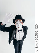 Купить «Comedy mime artist in glasses and makeup mask», фото № 30565120, снято 12 февраля 2017 г. (c) Tryapitsyn Sergiy / Фотобанк Лори