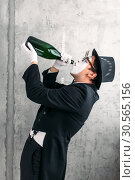 Купить «Mime actor drinking from a big bottle», фото № 30565156, снято 12 февраля 2017 г. (c) Tryapitsyn Sergiy / Фотобанк Лори