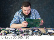 Service engineer work with broken pc hardware. Стоковое фото, фотограф Tryapitsyn Sergiy / Фотобанк Лори