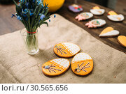 Купить «Fresh cookies with pictures on burlap litter», фото № 30565656, снято 13 марта 2017 г. (c) Tryapitsyn Sergiy / Фотобанк Лори