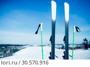 Купить «Skis and poles sticking out of the snow, nobody», фото № 30570916, снято 6 марта 2018 г. (c) Tryapitsyn Sergiy / Фотобанк Лори