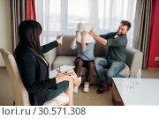 Crazy couple swears at psychotherapist reception. Стоковое фото, фотограф Tryapitsyn Sergiy / Фотобанк Лори