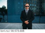 Купить «Male bodyguard in suit, earpiece and sunglasses», фото № 30573608, снято 8 августа 2018 г. (c) Tryapitsyn Sergiy / Фотобанк Лори