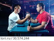 Купить «Two arm wrestlers on starting position, wrestling», фото № 30574244, снято 5 сентября 2018 г. (c) Tryapitsyn Sergiy / Фотобанк Лори