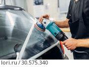Купить «Worker removes the track from wiper blade on car», фото № 30575340, снято 5 ноября 2018 г. (c) Tryapitsyn Sergiy / Фотобанк Лори