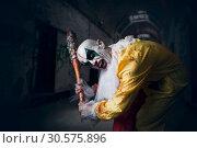 Купить «Bloody clown with crazy eyes holds baseball bat», фото № 30575896, снято 7 декабря 2018 г. (c) Tryapitsyn Sergiy / Фотобанк Лори